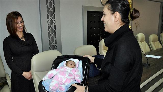 Sınava giren öğrencinin bebeğine akademisyen baktı
