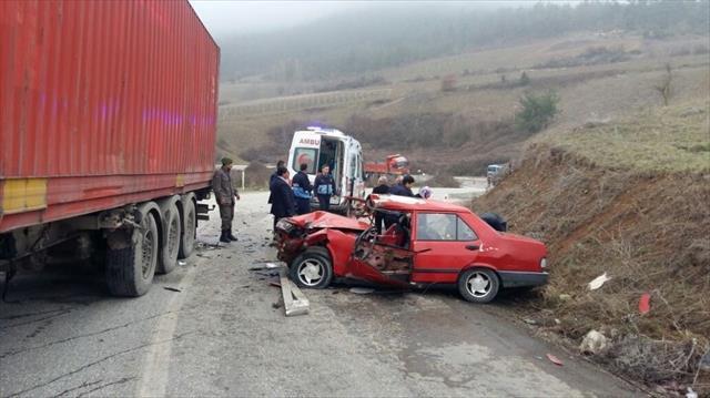 Tır ile otomobil çarpıştı: 1 ölü, 4 yaralı