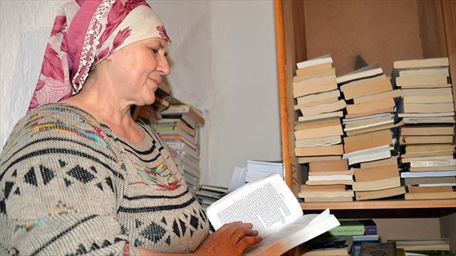 Kitaplarla mutlu olan kadın çiftçi