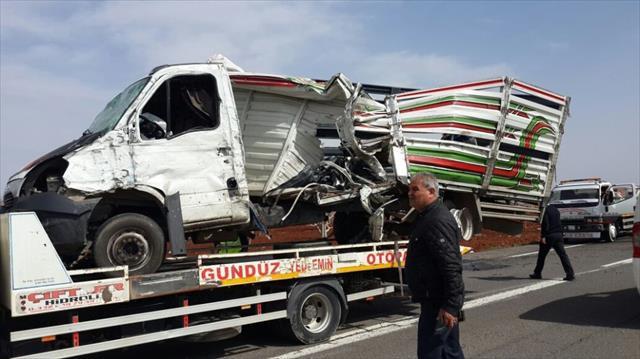 Kamyon ile kamyonet çarpıştı: 1 ölü, 4 yaralı