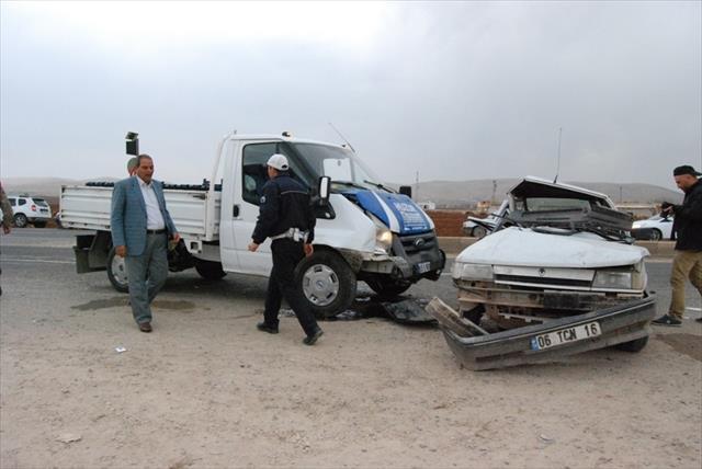 Kamyonet otomobile çarptı: 6 yaralı