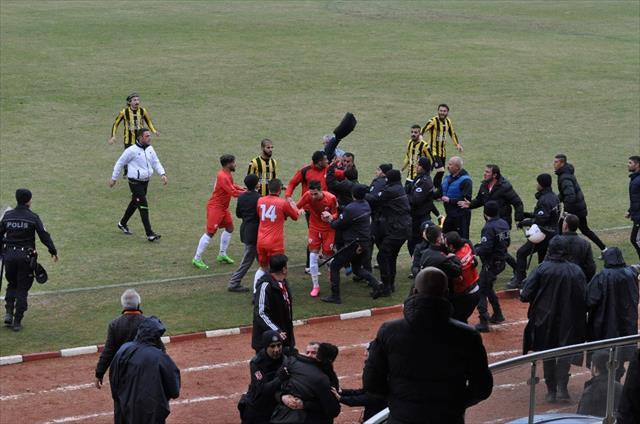 Yozgat'ta amatör küme maçında saha karıştı