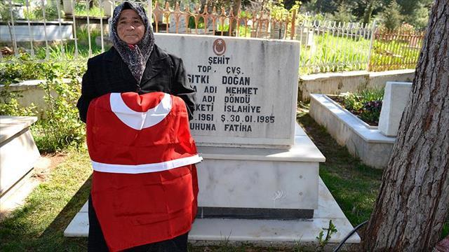 Şehit oğlunun temsili mezarını ziyaret ediyor