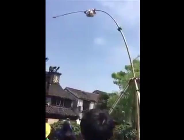 Talihsiz akrobat metrelerce yüksekten aşağı düştü