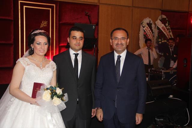 Evlilik cüzdanlarını Adalet Bakanı Bozdağ verdi