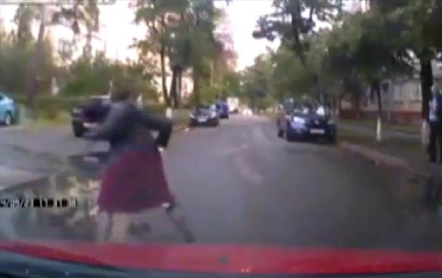 Kornadan koran kadın yere kapaklandı