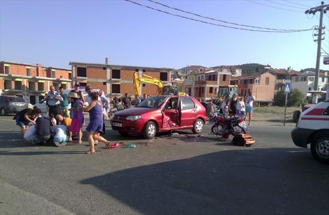 İzmir'de otomobil ile motosiklet çarpıştı: 1 ölü, 2 yaralı
