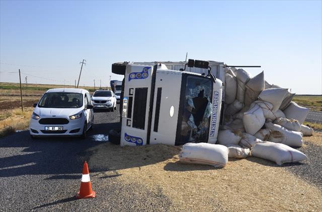 Saman yüklü kamyon devrildi: 1'i ağır 8 yaralı