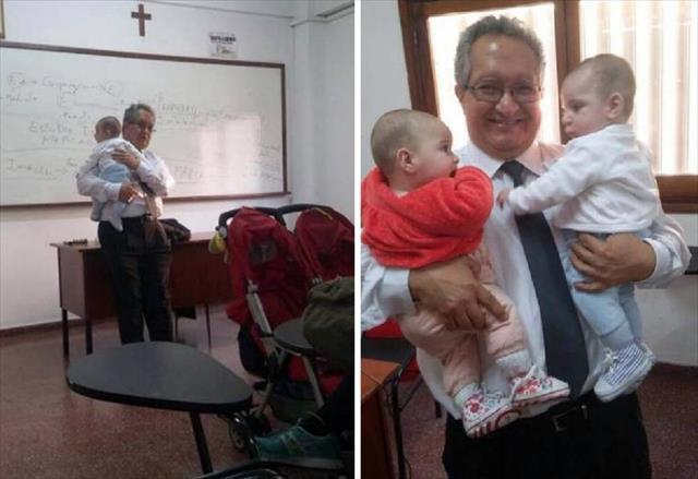 Profesör kucağında ikiz bebeklerle ders anlattı