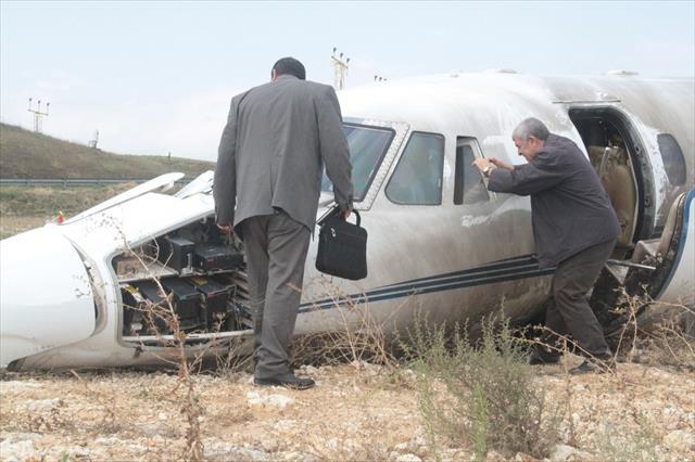 Uçak kazası sonrası inceleme ekibi olay yerinde