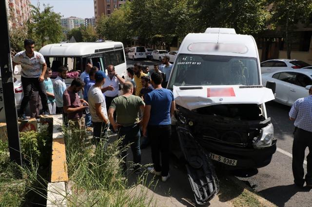 Okul servisi ile yolcu minibüsü çarpıştı: 3'ü öğrenci 7 yaralı