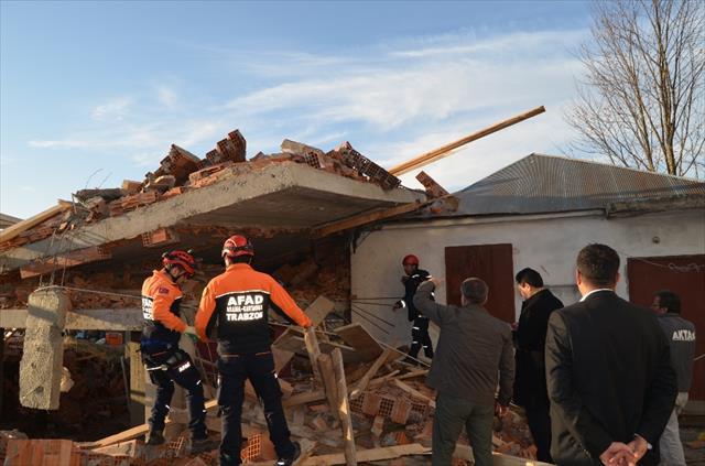 Cami lojmanı inşaatı çöktü: 1 ölü, 7 yaralı