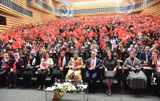 Emine Erdoğan Hak-İş'li kadınlarla buluştu