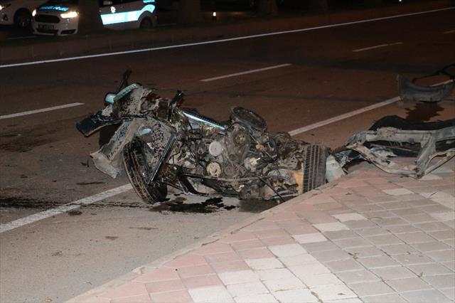 Ağaca çarpan araç ikiye ayrıldı: 5 yaralı