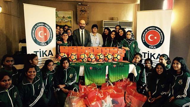 TİKA'dan Pakistan'a spor malzemesi desteği