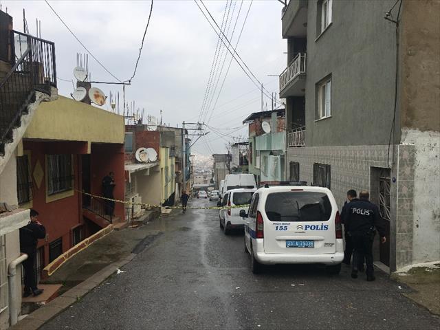 Şüpheliyi kovalayan polis kendi silahıyla vuruldu