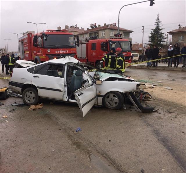 Otomobille kamyonet çarpıştı: 1 ölü, 6 yaralı