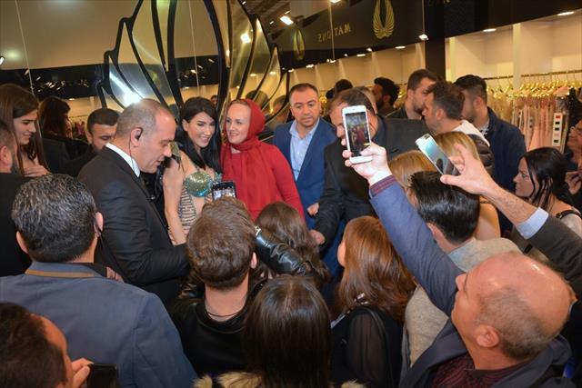 Gelinlik fuarında Hande Yener izdihamı