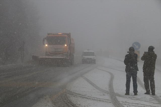 Bolu Dağında kar yağışı ve sis etkili oluyor
