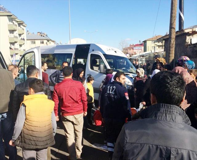 Öğrenci servisi otomobille çarpıştı: 12 yaralı