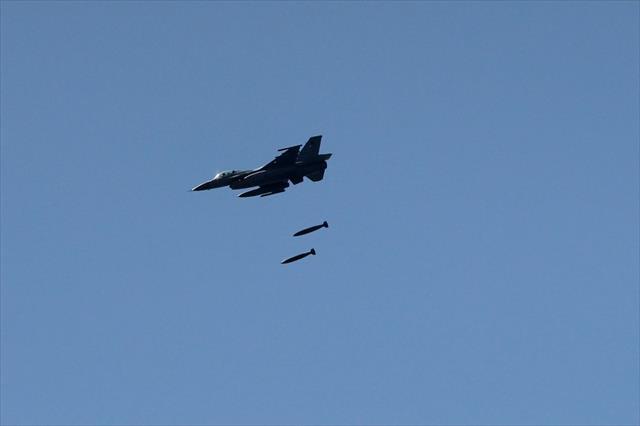 Irak savaş uçakları Suriye'de DEAŞ'ı bombaladı…