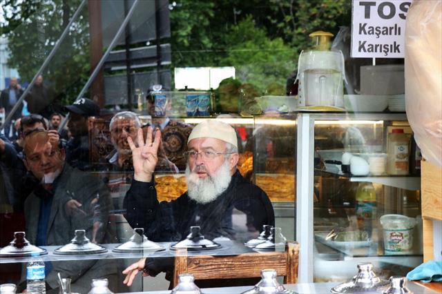 Abdullah Gül'e 'Rabia'lı protesto…