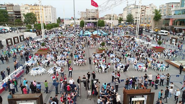 Taksim Meydanı'ndaki dev iftar havadan görüntülendi