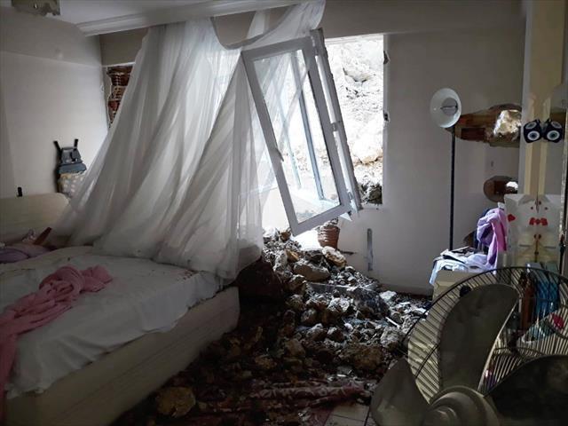 Hatay'da apartmana dev kaya parçaları düştü