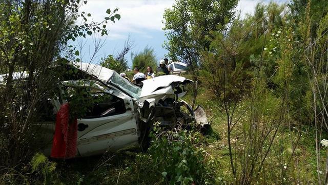 Hafif ticari araç şarampole yuvarlandı: 2 ölü, 13 yaralı
