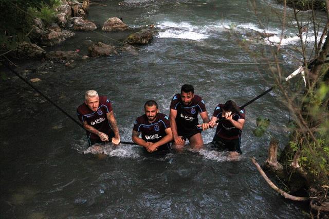 Trabzonspor'da futbolcular dereye girerek serinledi