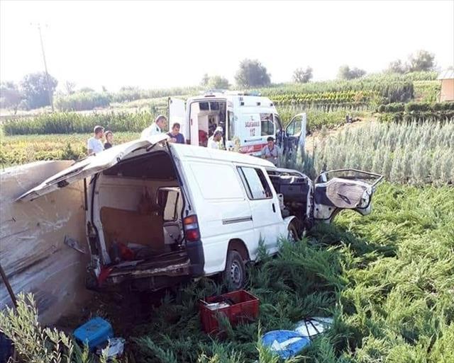 İşçileri taşıyan minibüs devrildi: 1 ölü, 3 yaralı