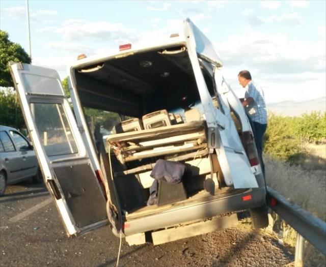 Minibüs bariyerlere çarptı: 2'si ağır 11 yaralı