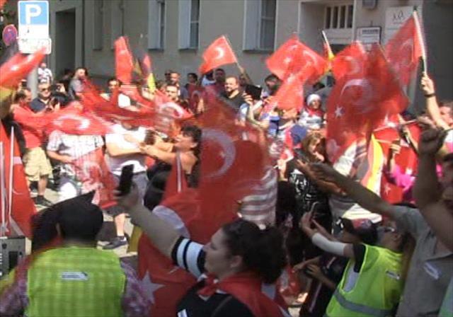 Almanya'da Özil'e destek gösterisi…