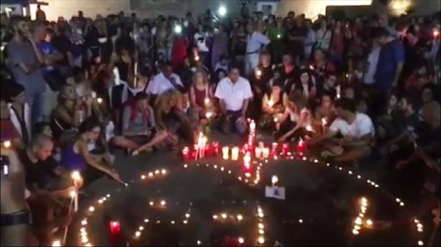 Yunan halkı yangın faciasında ölenleri unutmadı