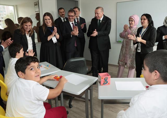 Erdoğan özel çocuklarla şarkı söyledi…