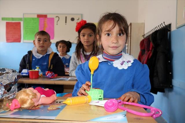 Köy okulundaki öğrencilere koli koli oyuncak