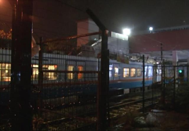 18 yaşındaki kız metro raylarına atladı, seferler durdu