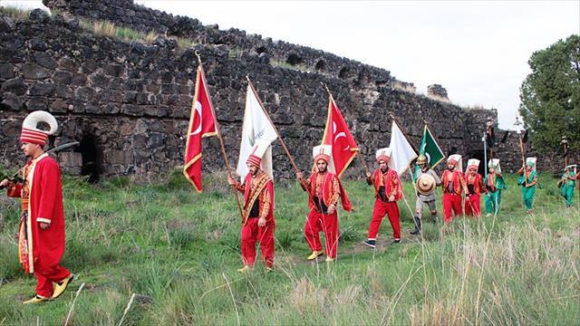 Üniversiteli mehteranlar kalelerdeki bayrakları yeniliyor