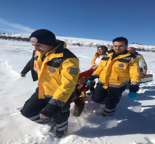 Sağlık ekibi hastayı sedyeyle 2 kilometre taşıdı