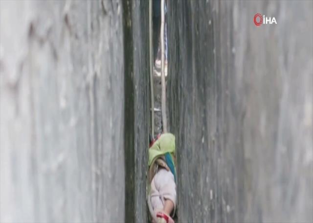 İki duvarın arasına sıkışan çocuğu itfaiye kurtardı