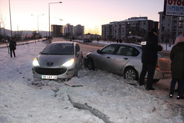 Yaralıları kurtarmaya çalışan polise otomobil çarptı