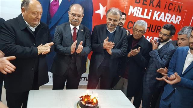Erdoğan'ın doğum günü MHP seçim bürosunda kutlandı