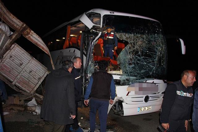 Yolcu otobüsü tıra çarptı: 20 yaralı