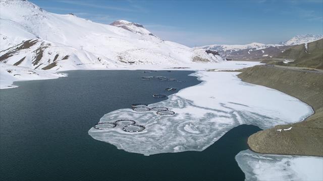 Buzlar çözülünce balık avlamaya başladılar