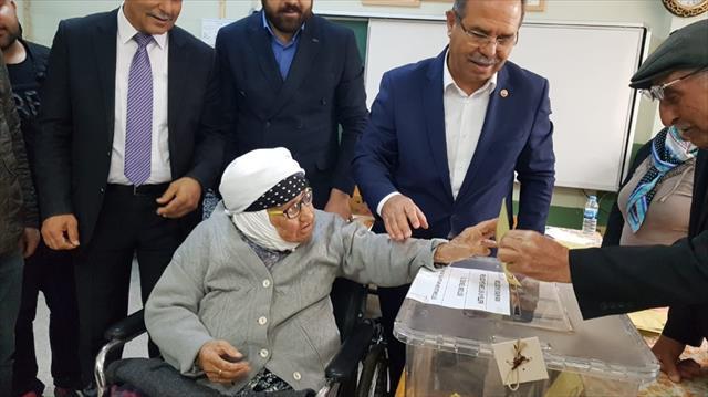 Şehit annesi, 80 yaşındaki oğluyla oy kullandı