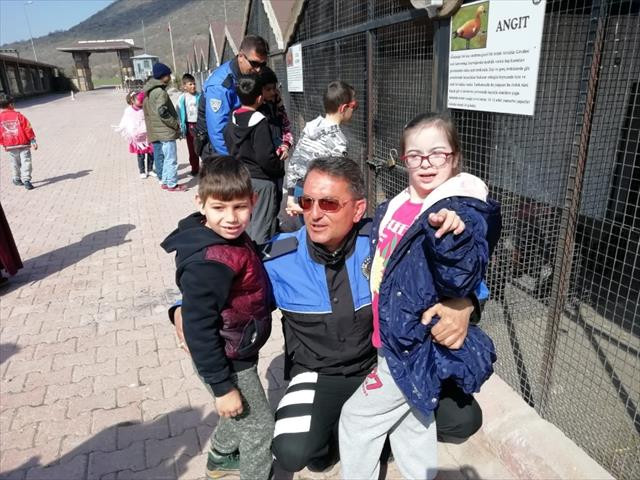 Otizmli çocuklar at çiftliğini gezdi