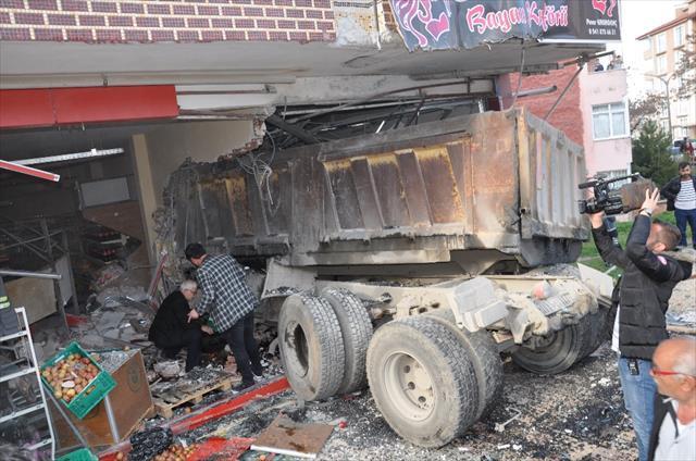 Freni boşalan kamyon kuaföre daldı: 3 yaralı