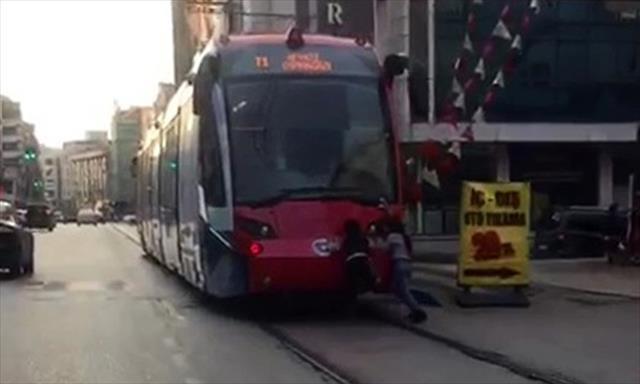 Tramvayın arkasına tutunup metrelerce kaydılar