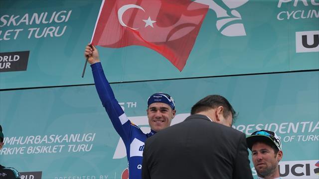 Jakobsen podyuma Türk bayrağı ile çıktı