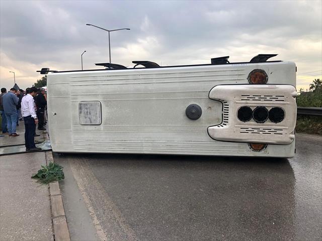 İşçileri taşıyan midibüs devrildi: 6 yaralı